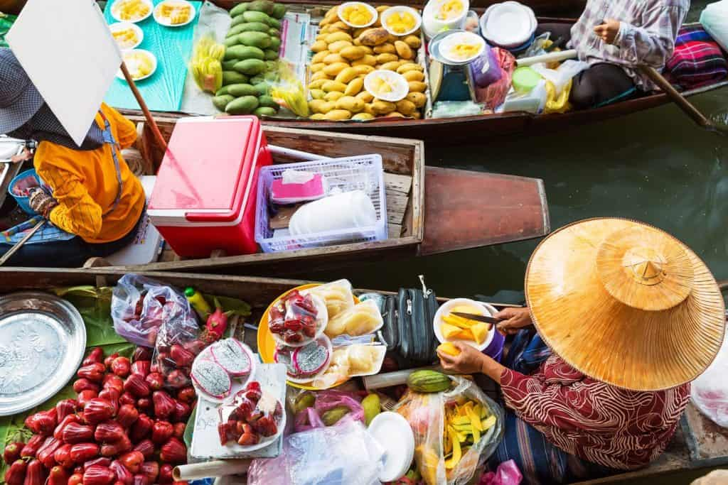 """سوق """"أمفاوا"""" العائم"""