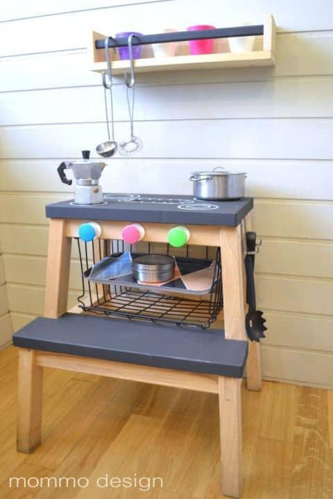 """تحويل كرسي """"بيكفام"""" إلى لعبة مطبخ لأطفالك"""