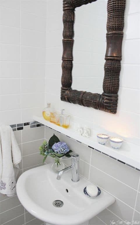 """تحويل رف الصور المعدني من """"موسلاندا"""" إلى حامل متعلقات في الحمام"""